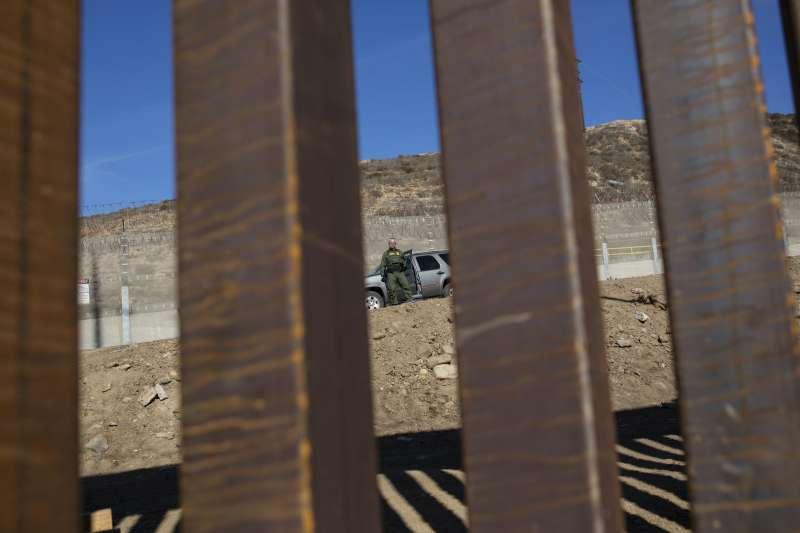 2018年11月25日,美國派出大批官兵駐守邊,以防移民衝入。(美聯社)