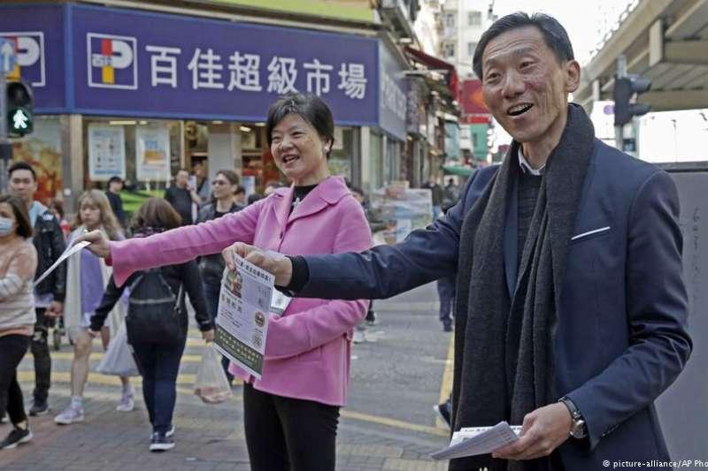 香港立法會九龍西地方選區週日進行補選。民主派因為馮檢基脫黨參選,導致工黨參選人李卓人敗給建制派支持的陳凱欣。(德國之聲)