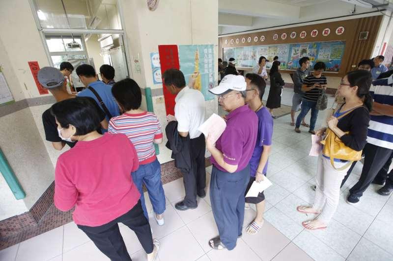 11月24日投票日當天,民眾得花長時間排隊,不少老人、身障者知難而退。(郭晉瑋攝)