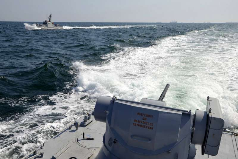 由烏克蘭軍方所發佈的照片可以清楚看見,俄羅斯海軍的軍艦出現在克里米亞近海。(美聯社)