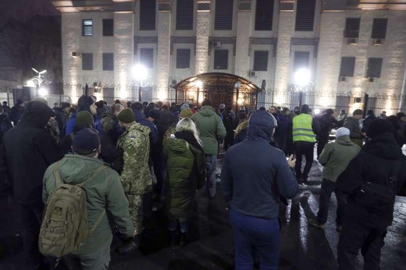 當俄羅斯對烏克蘭海軍開火,並且俘獲三艘艦艇的消息傳來,憤怒的烏克蘭民眾在基輔的俄羅斯大使館外抗議。(美聯社)