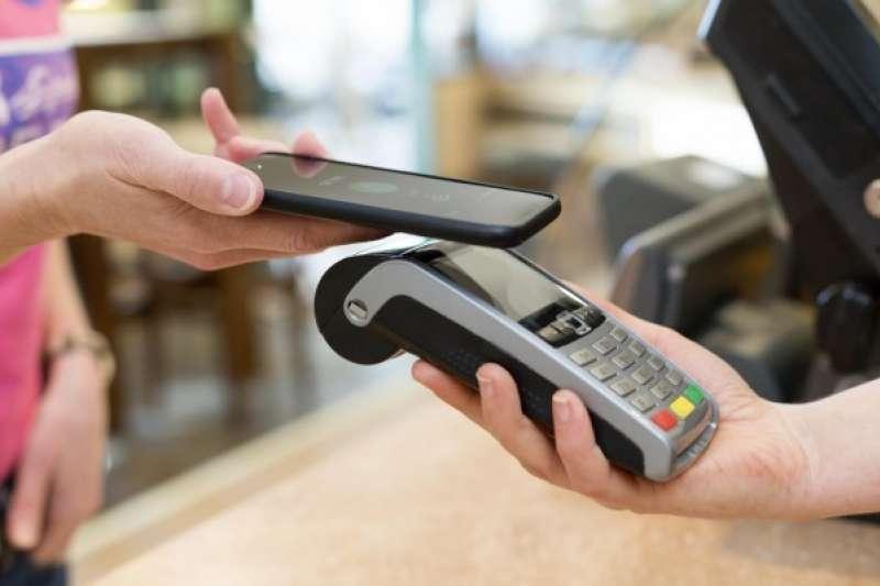 現代人大量使用電子支付,減少鈔票使用,反而成為防疫小幫手。(圖/數位時代提供)