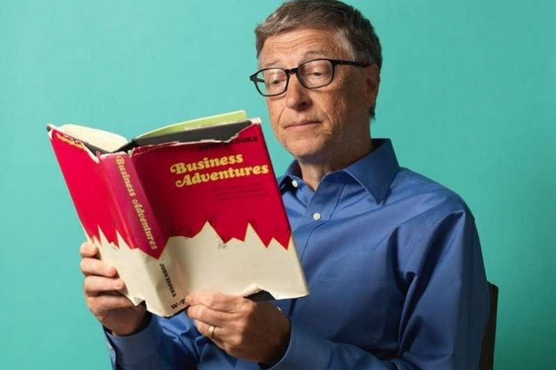 熱愛讀書的比爾蓋茲,每年都會推薦書單給讀者,今年的夏季他不只選了固定的五本書,還加碼推薦影集!(資料照,圖/綠學院提供)