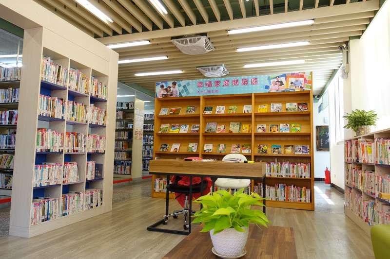 20181127-教育部今(27)日舉行「閱讀黃金十年」記者會,指出有236所公共圖書館完成空間改造,544個館次服務設備升級,並選出11所典範圖書館。圖為教育部書香卓越典範圖書館—台中市大安圖書館分館。(取自台中市大安圖書館分館網站)