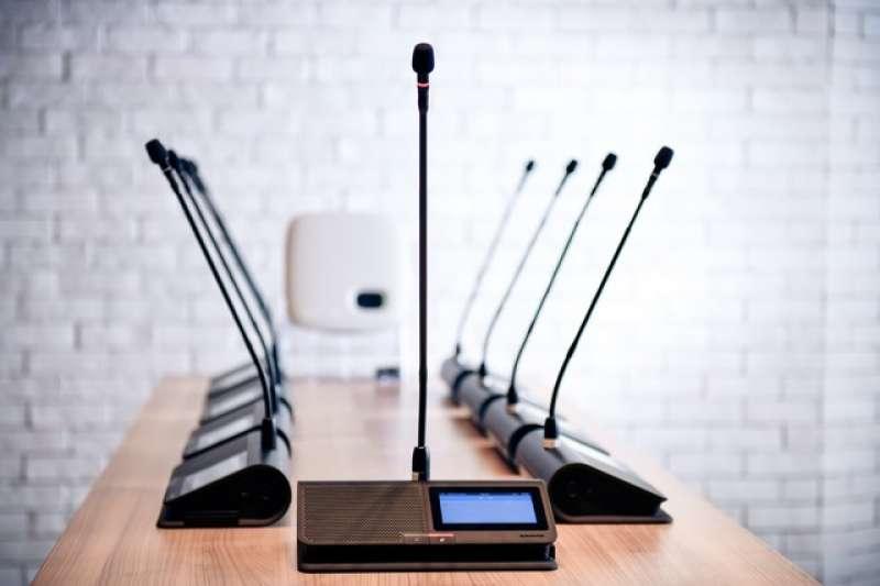 舒爾Microflex® Complete Wireless數位會議系統極度簡單的設定與配置,即使在充滿挑戰的無線通訊環境中也能支援高效率的會議品質,讓與會者一同體驗舒爾堅若磐石的音訊功能。
