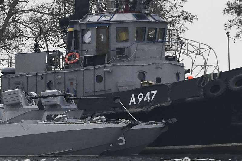俄羅斯與烏克蘭的軍艦25日在克赤海峽發生衝突,三艘烏國艦艇遭到扣押,其中一艘船船體受損。(美聯社)