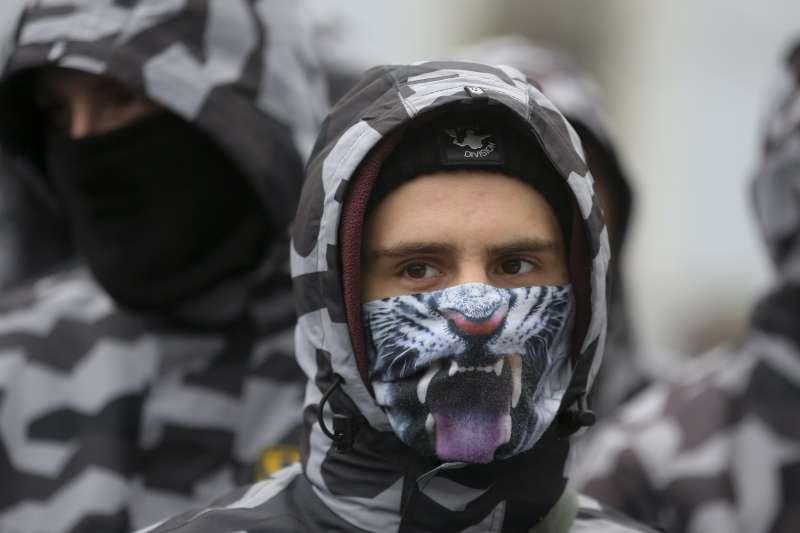 烏克蘭右派亞述國家軍團的成員聚集在烏克蘭國會外,要求國會對俄羅斯硬起來。(美聯社)