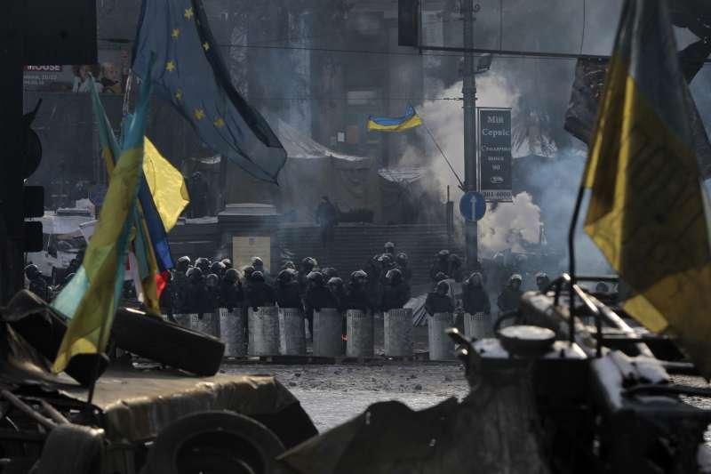 烏克蘭鎮暴警察在首都基輔的市中心待命,圖為資料照。(美聯社)