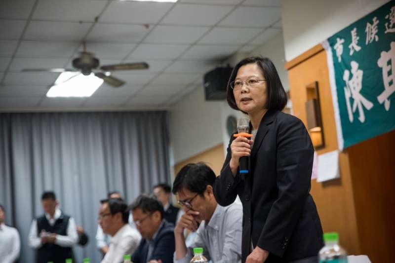新科高雄市長韓國瑜提出將以「九二共識」成立兩岸工作小組與對岸做生意,對此,總統蔡英文(右)27日說,兩岸政策屬中央權限。(民進黨中央提供)