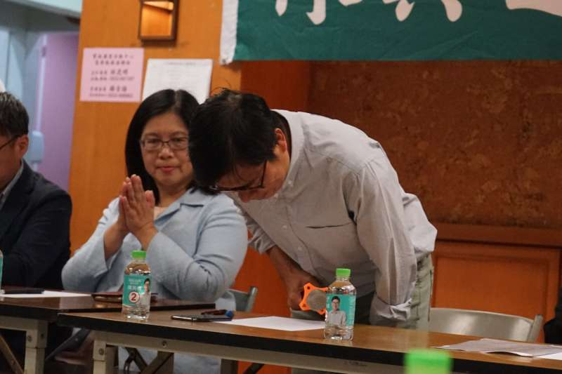 民進黨高雄市長候選人陳其邁在敗選致歉,結果民進黨內先忙著互鬥。(取自陳其邁臉書)