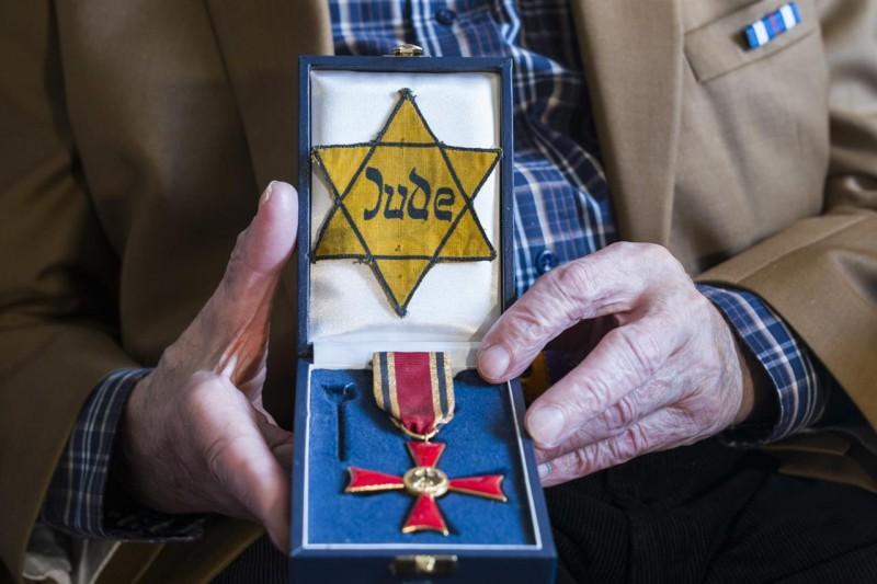 納粹分子要求德國的猶太人配戴臂章,表明自己的猶太身分。(美聯社)