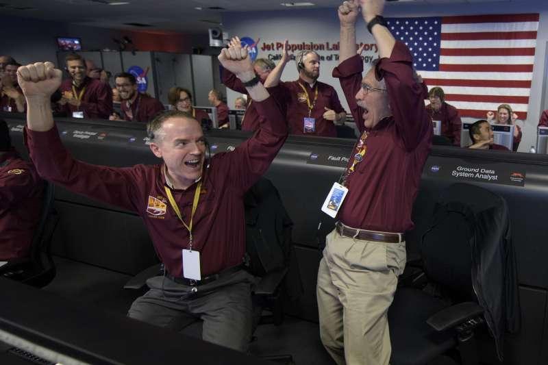 美國NASA洞察號成功著陸火星,位於加州的噴射推進實驗室歡聲雷動(AP)