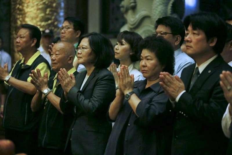 總統府秘書長陳菊(左2)、行政院長賴清德(左1)敗選請辭均獲留任,繼續和蔡英文總統(中)抱團取暖。(資料照,蔡英文臉書)