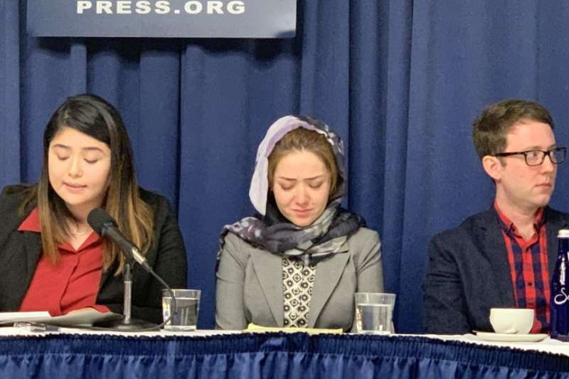 11月26日,在美國國家記者俱樂部一場關注新疆人權狀況的新聞發布會上,29歲的維吾爾族女子米娜(中)回憶起自己在「教育轉化營」中的經歷,幾度難掩悲傷情緒。(美國之音)