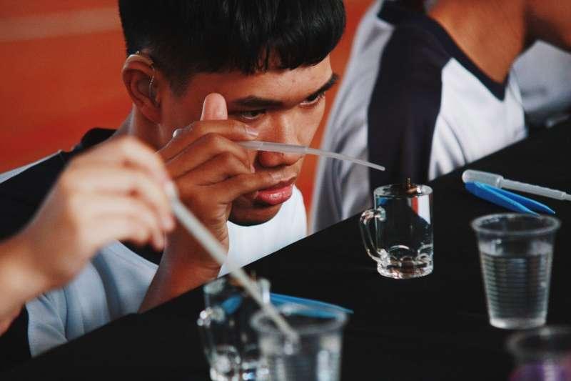 「小小材料魔法師特訓」,是由科思創科教顧問,臺中教育大學科學與應用學系許良榮教授指導的學科整合STEM科學實驗。(圖/風傳媒攝)