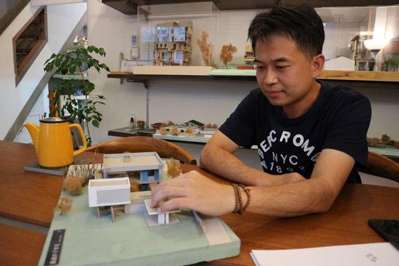 一家隱藏在台南巷弄內的建築事務所,為許多人建出夢想的家園。建築師黃介二秉持著他對建築的熱誠,蓋出一棟棟充滿溫度與故事的建築。(圖片來源/李欣秝攝)
