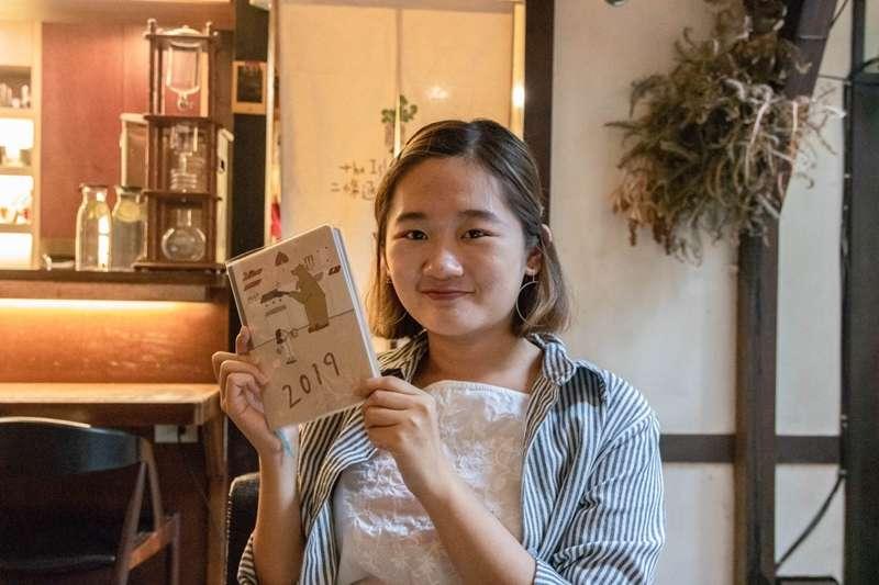 因為一場戀愛,咻咻熊在吳采儒16歲那年誕生了,一位插畫家也就此出現。從高中生到社會新鮮人,吳采儒走進了插畫的世界,就再也不想走出去了。(圖片來源/洪蜜禪攝)