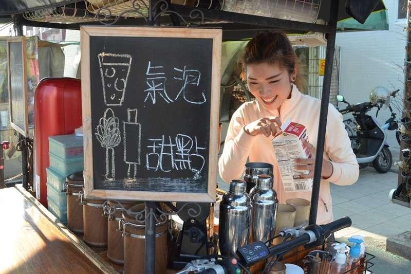 放下一切,辭去櫃姐工作出來創業,靠得是勇氣與敢夢的心;吳宛霖的木製推車上,滿載的是自己所追尋的甜點咖啡夢。(圖片來源/李庭安攝)