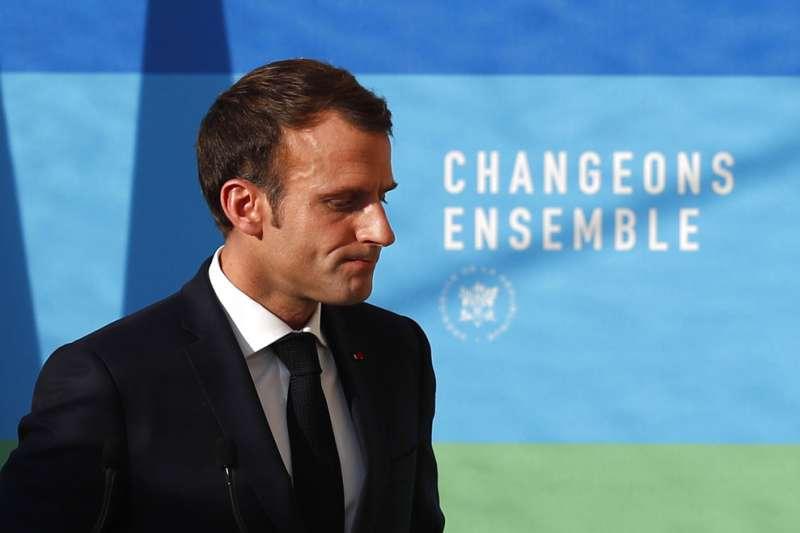 法國總統馬克宏長時間投入、希望在歐盟加徵的「數位稅」,如今面臨難產,近期他又遭遇「黃背心」大示威,政治生命面臨威脅。(圖片來源:AP)