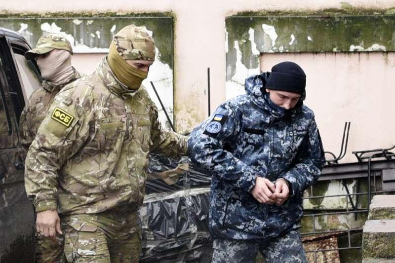 烏俄克赤海峽衝突:烏克蘭士兵(右)被俄羅斯士兵帶往克里米亞辛佛洛普法院(AP)