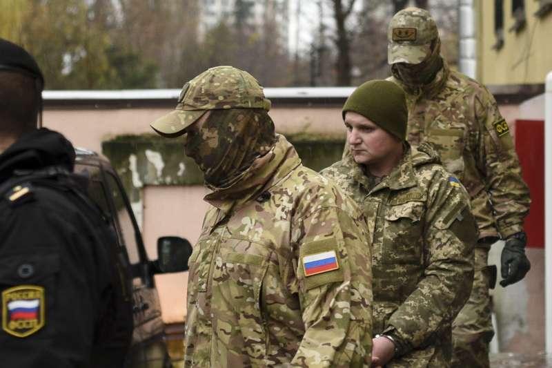 烏俄克赤海峽衝突:烏克蘭士兵(中)被俄羅斯士兵帶往克里米亞辛佛洛普法院(AP)
