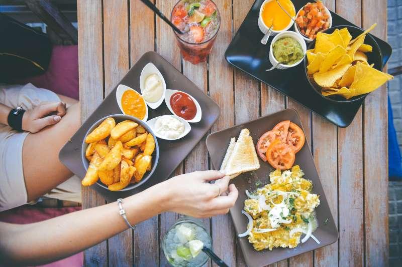 吃到美味可口的菜餚,除了 good、great、yummy、delicious,你還能想出其他字詞嗎?(圖/stokpic@pixabay)