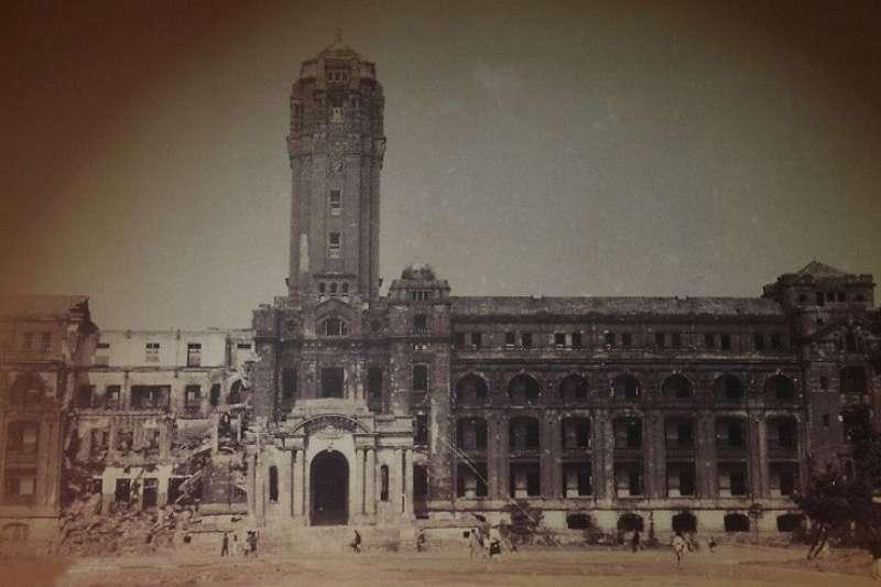 被炸塌了一半的總督府,是台北大空襲後留下的眾多歷史性建築之一,也是台灣人遭受盟軍空襲的象徵。
