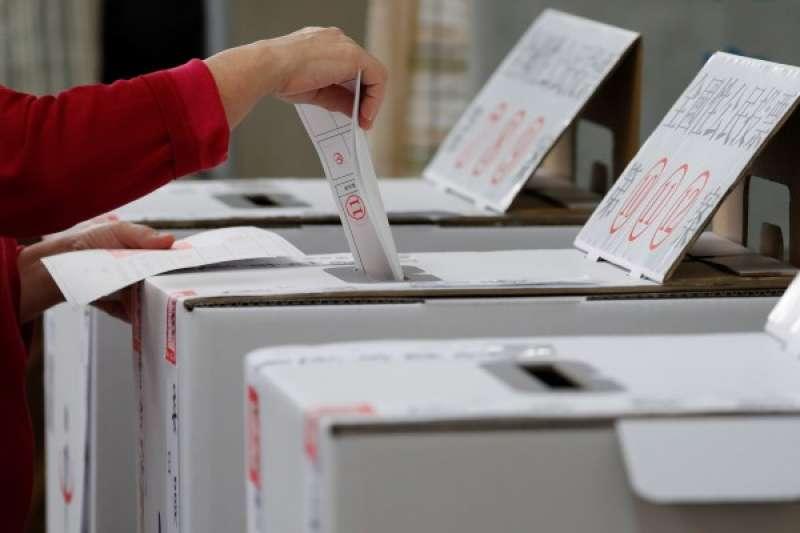 高雄選民為公投及九合一選舉投票而大排長龍。(圖片來源:路透社)