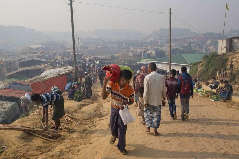 孟加拉政府打算將10萬羅興亞人遷移至巴贊查爾島。圖為位於孟加拉的羅興亞難民營。(AP)