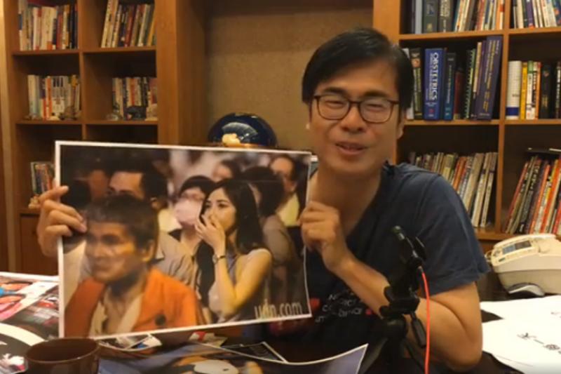 參選高雄市長失利的陳其邁在臉書直播中找尋當初為自己落選而掉淚的支持者,盼能請他們喝一杯咖啡。(取自陳其邁 Chen Chi-Mai臉書影片)