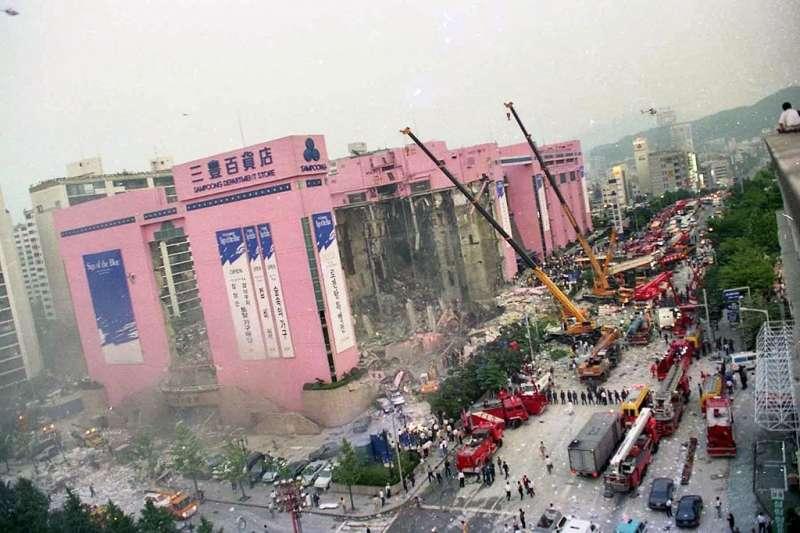 三豐百貨倒塌為世界上第二嚴重的大樓倒塌意外,造成五百多人因此喪命,究竟是什麼原因使大樓倒下?(圖/維基百科)