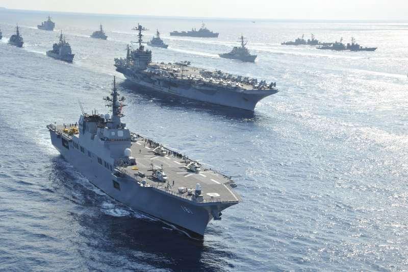 日本海上自衛隊的直升機護衛艦日向號(前)與美軍航母打擊群聯合演習。(海上自衛隊官網)
