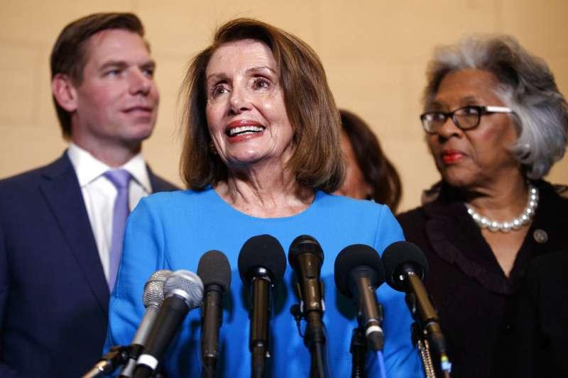 美國民主黨眾議院領袖裴洛西28日獲民主黨團提名下任眾議院長。(AP)