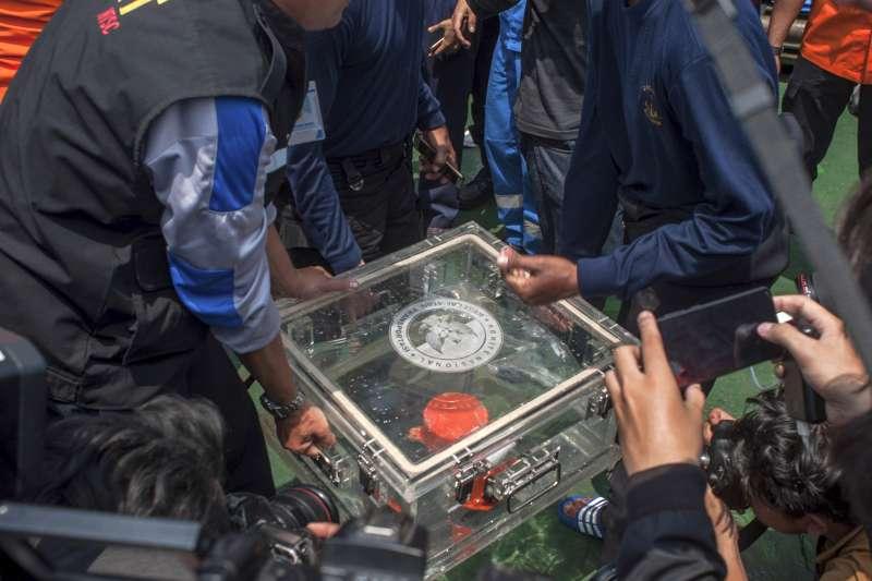 2018年11月1日,印尼「獅子航空」JT610班機的飛行資料記錄器(FDR)被尋獲(AP)