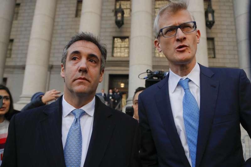 2018年11月29日,川普前私人律師柯恩(Michael Cohen,左)涉嫌向國會作偽證,出庭認罪。(AP)