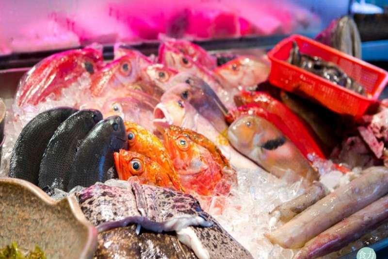 熱炒店內的生猛海鮮展示區。(圖/食力foodNEXT提供)