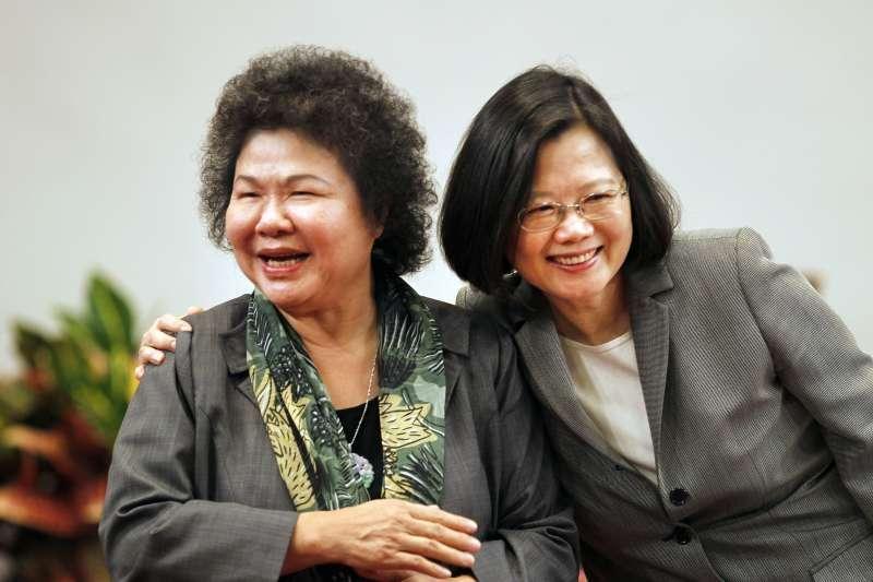 民進黨大選挫敗,總統府祕書長陳菊(左)12日被問到去留問題,表示如果她不能扮演功能,「我當然知所進退。」(資料照,AP)