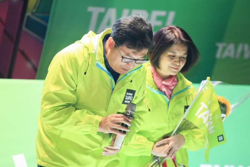 20181130-敗選的民進黨台北市長候選人姚文智與太太潘瓊琪在「感恩之夜」音樂會中一同上台,也數度鞠躬,表示感謝。(簡必丞攝)
