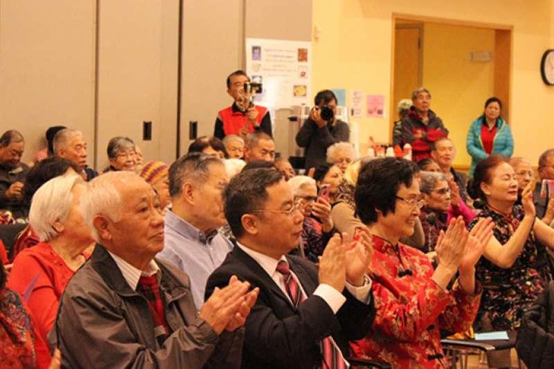 2018年2月農曆新年,中國駐美大使館公使李克新象美籍華裔老人拜年。(取自中國駐美大使館官網)