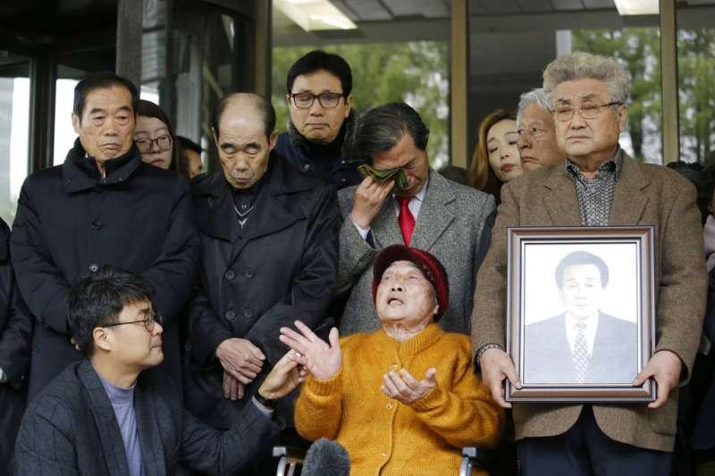 南韓最高法院29日判決,對二戰期間被強徵的韓國勞工向日本三菱重工業公司提出的兩起索賠案,三菱重工承擔賠償責任。二戰時遭到強徵的韓國勞工29日在南韓最高法院外歡呼。(美聯社)