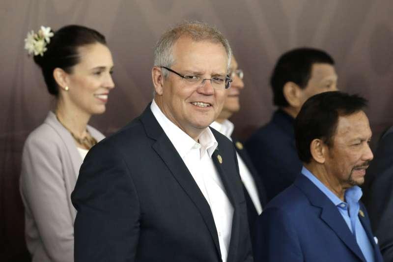 澳洲總理莫里森(中)與紐西蘭總理雅頓(左)參加2018年APEC峰會(AP)