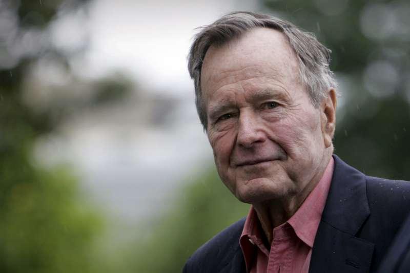 2008年,美國前總統老布希(George H. W. Bush)於白宮南草坪。2018年11月30日,老布希過世,享壽94歲。(AP)