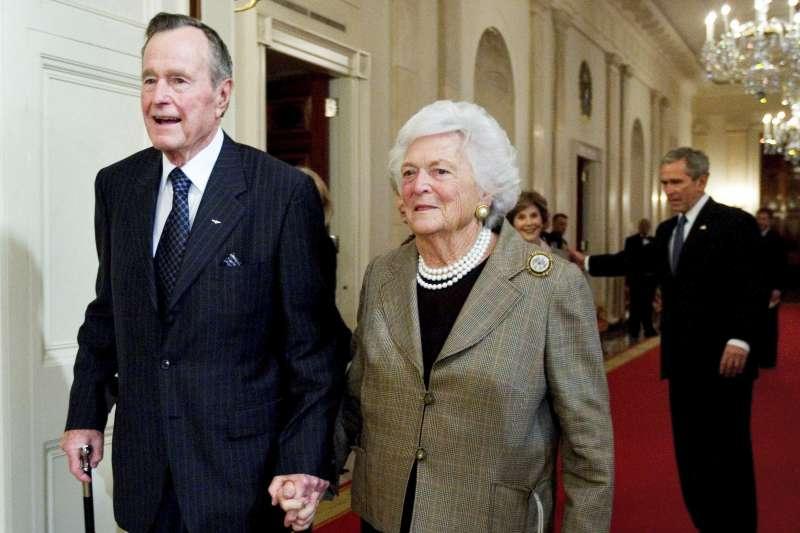 2009年,美國前總統老布希(George H. W. Bush)與夫人芭芭拉·布希(Barbara Bush)。(AP)
