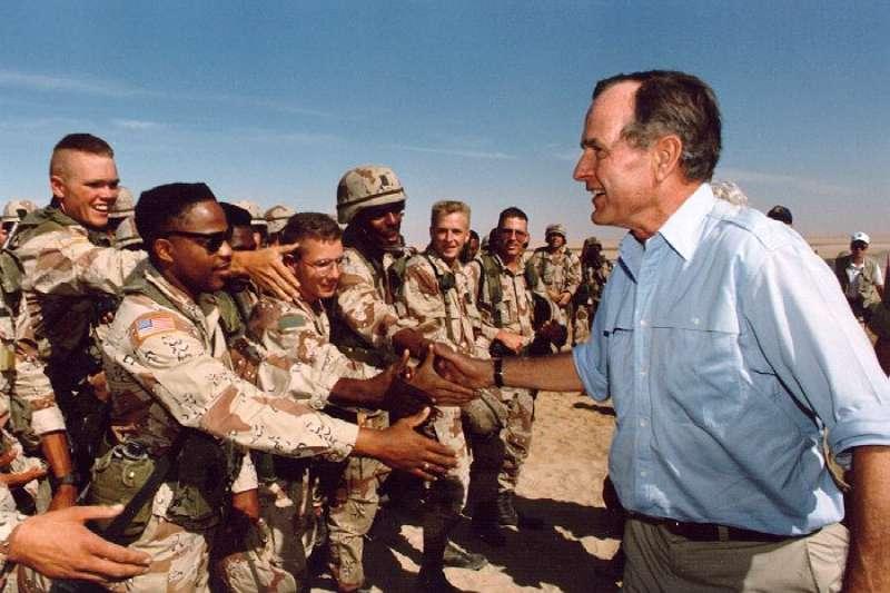 1990年波斯灣戰爭,老布希在沙烏地阿拉伯慰勞感恩節無法回鄉的美國官兵。(wikipedia/Public Domain)
