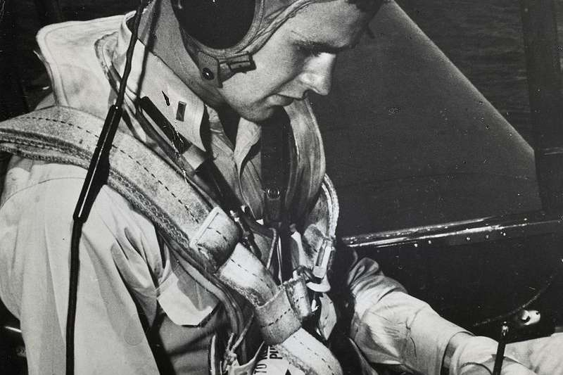 1944年,老布希在二戰期間擔任海軍飛行員,派駐到聖哈辛托號航空母艦上,是當時最年輕的海軍飛行員之一。(wikipedia/Public Domain)