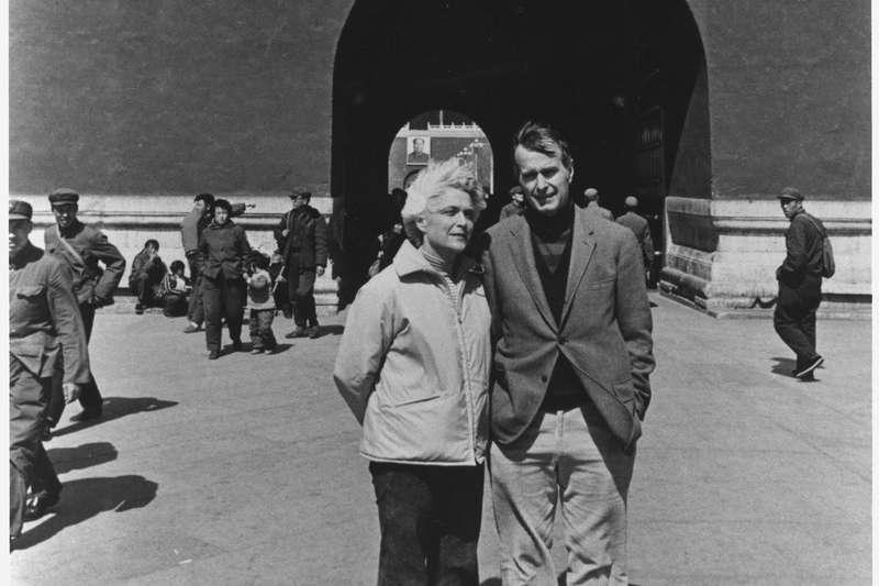 1975年,老布希擔任駐北京聯絡處主任,與妻子芭芭拉在天安門廣場合影。(wikipedia/Public Domain)