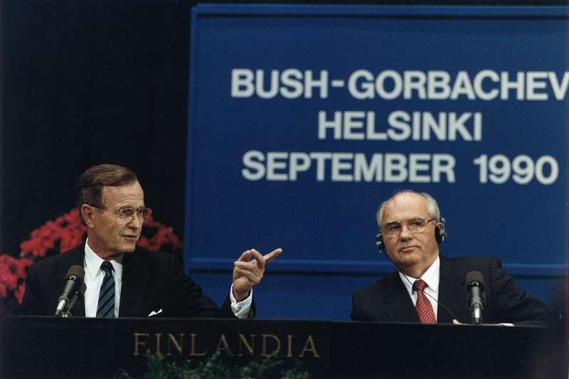 1990年,蘇聯瓦解前一年,美國總統老布希和時任蘇聯總統的戈巴契夫在芬蘭赫爾辛基舉行會談。(wikipedia/Public Domain)