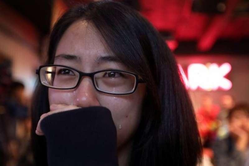 支持婚姻平權的人士,在11月24日的開票當晚難過落淚。(圖/BBC中文網)