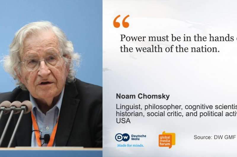 作者指出,語言學宗師、當代傳奇公知Chomsky,其姓氏中譯應用「喬姆斯基」。另譯「杭士基」則晦澀雕琢。(圖/德國之聲)