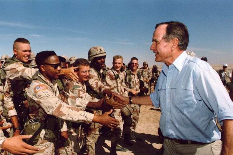 1990年感恩節,美國時任總統老布希在沙烏地阿拉伯與美軍見面(Wikipedia/Public Domain)